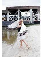Белые и черные бутафорские крылья